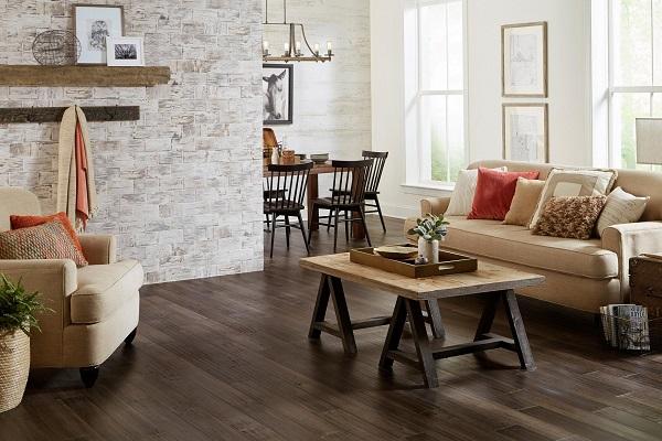 Không gian phòng khách trở nên ấn tượng hơn hẳn khi gia chủ phối màu gạch lát giả gỗ màu đậm kết hợp với màu sơn tường màu sáng